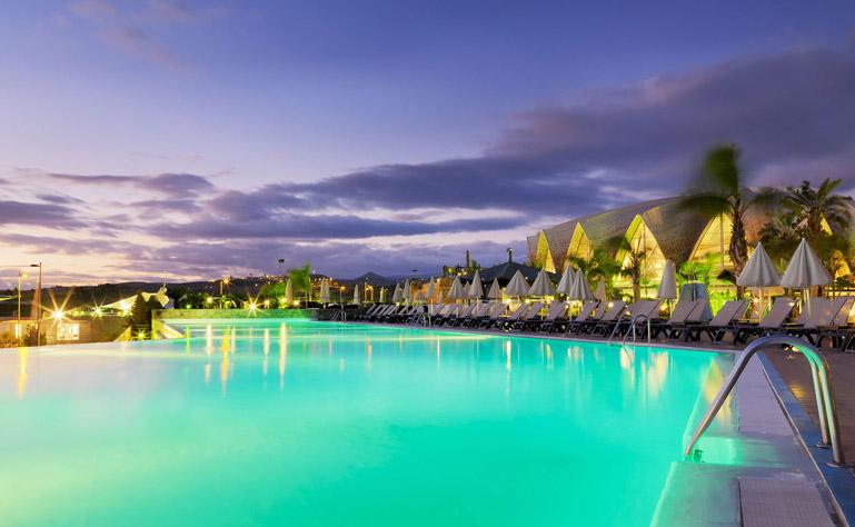Infinity pool con el hotel de fondo