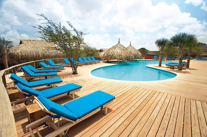Morena_Resort_Zwembad_Houtenvloer