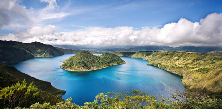 Die Cuicocha Caldera mit dem Kratersee in Ecuador