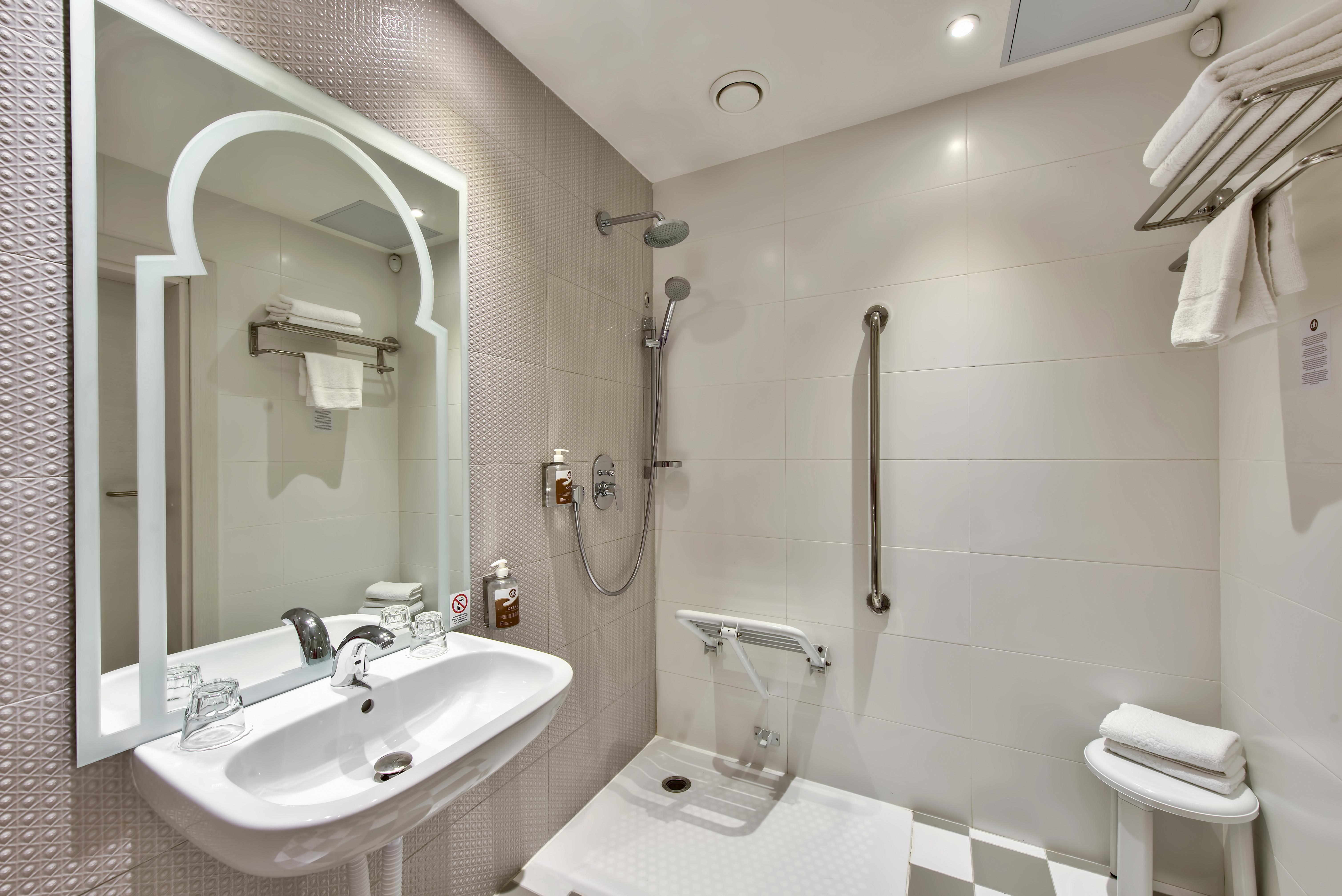 SA Accessible Shower Room2_Hi