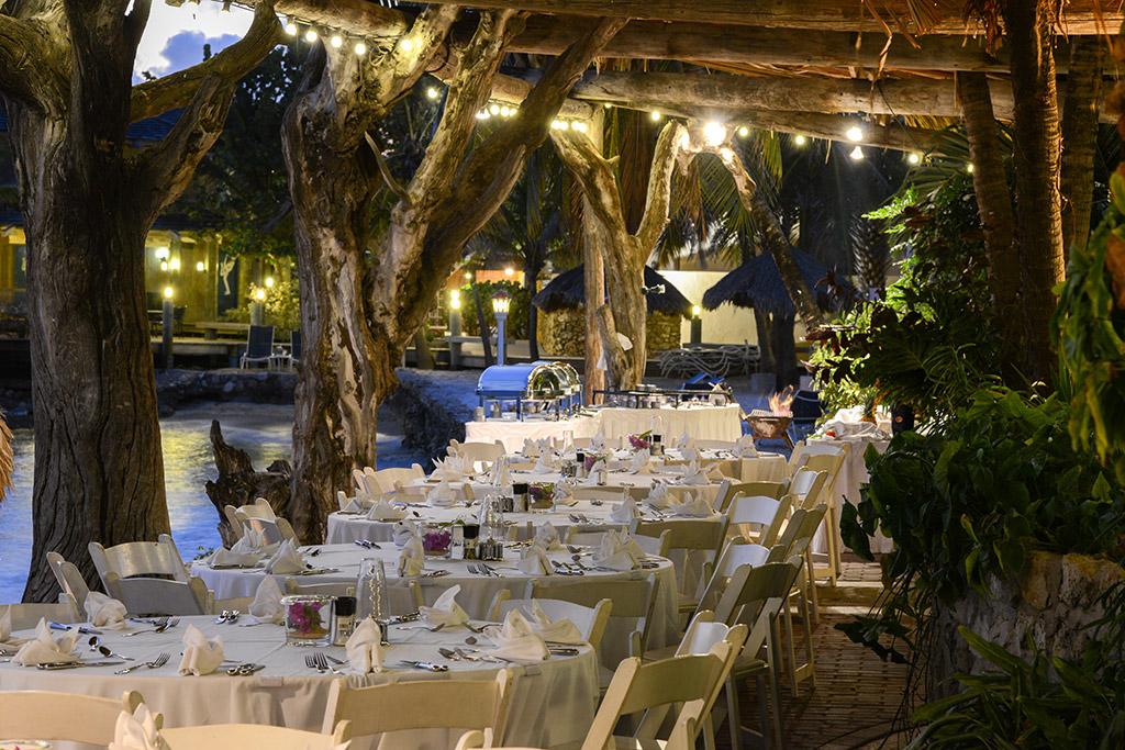 Sea Terrace-by-night-Avila Hotel