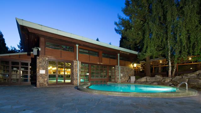 n018476_2050jan01_sequoia-lodge-swimming-pool_16-9_tcm816-159500-640x360