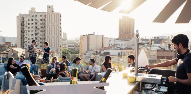 rooftop-terraza-con-gente-y-camarero